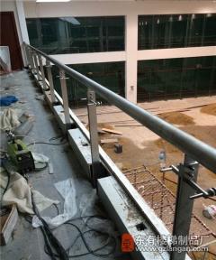 广园路路虎4X店楼梯扶手和护栏大方又厚实