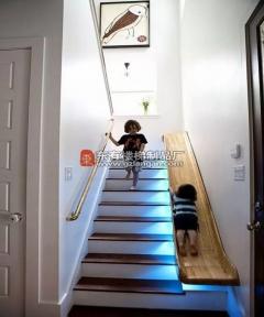 这么好看的楼梯设计让你不得不喜欢复式结构——自带滑梯的楼梯真是溜
